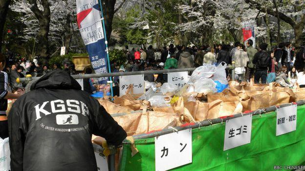 東京鬧市的垃圾堆旁,不難見拾荒者光臨、各取所需(BBC中文網日本特約記者童倩攝)