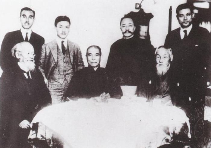排坐者左起為大久保高明、孫中山、頭山滿,後排站立者左起為山田純三郎、戴季陶、李烈鈞。