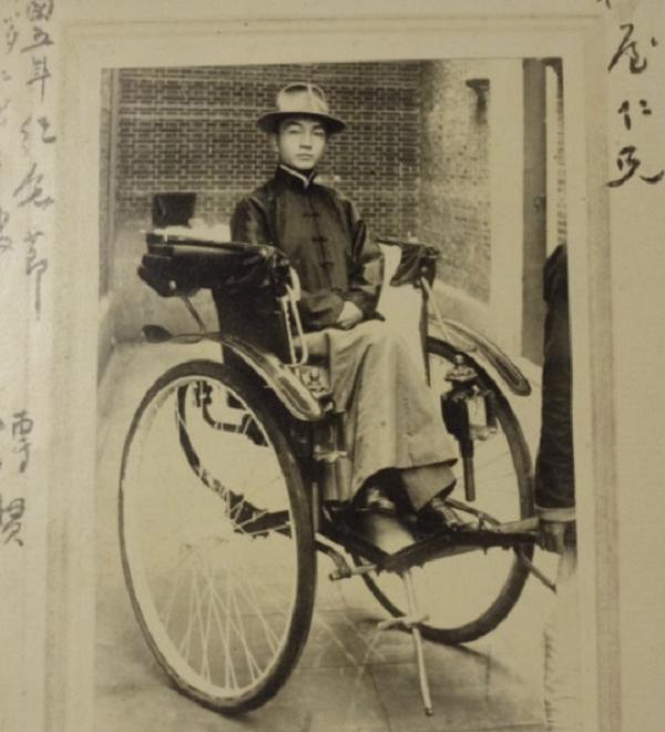 戴季陶人力車上照(1916年攝于東京)。照片左上方寫著「民國5年紀念節前去寒暄之時」。藏于梅屋莊吉資料室。