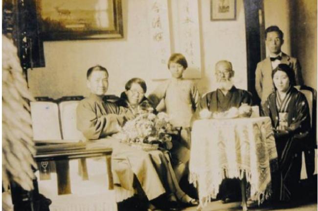 梅屋莊吉父女與戴季陶一家(1930年,于南京戴季陶宅)。左一為戴季陶。