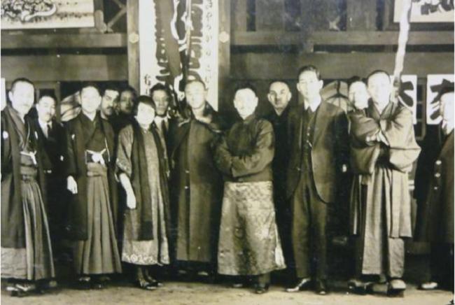 戴季陶一行訪日留念(1927年春)。前排右三為戴季陶,右四為梅屋莊吉,右五為鈕有恆夫人。藏于梅屋莊吉資料室。
