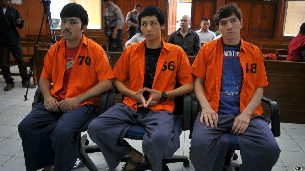 法官判決三人監禁六年,及罰款一億印尼盾(約7500美元)。(BBC中文網)