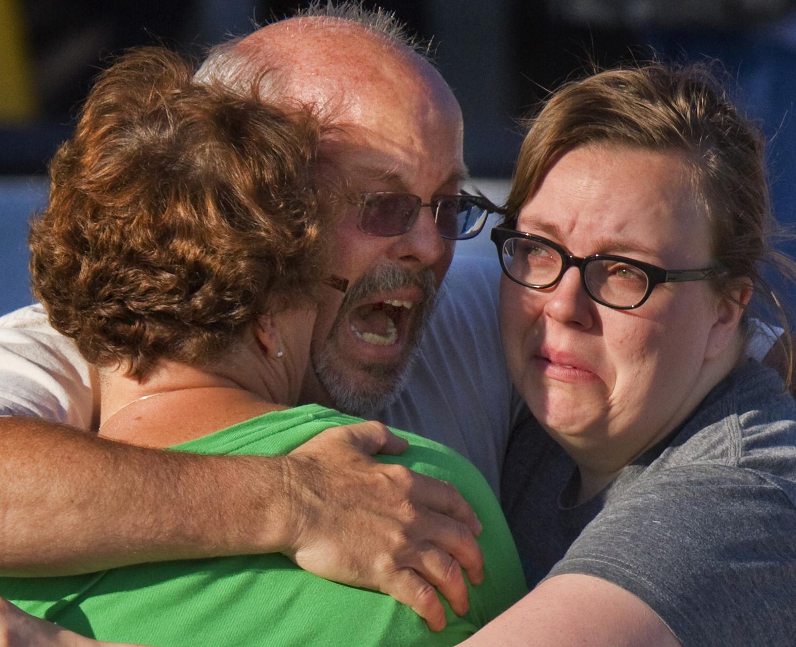 2012年7月20日,科羅拉多州槍擊案,一位痛失愛子的父親(美聯社)