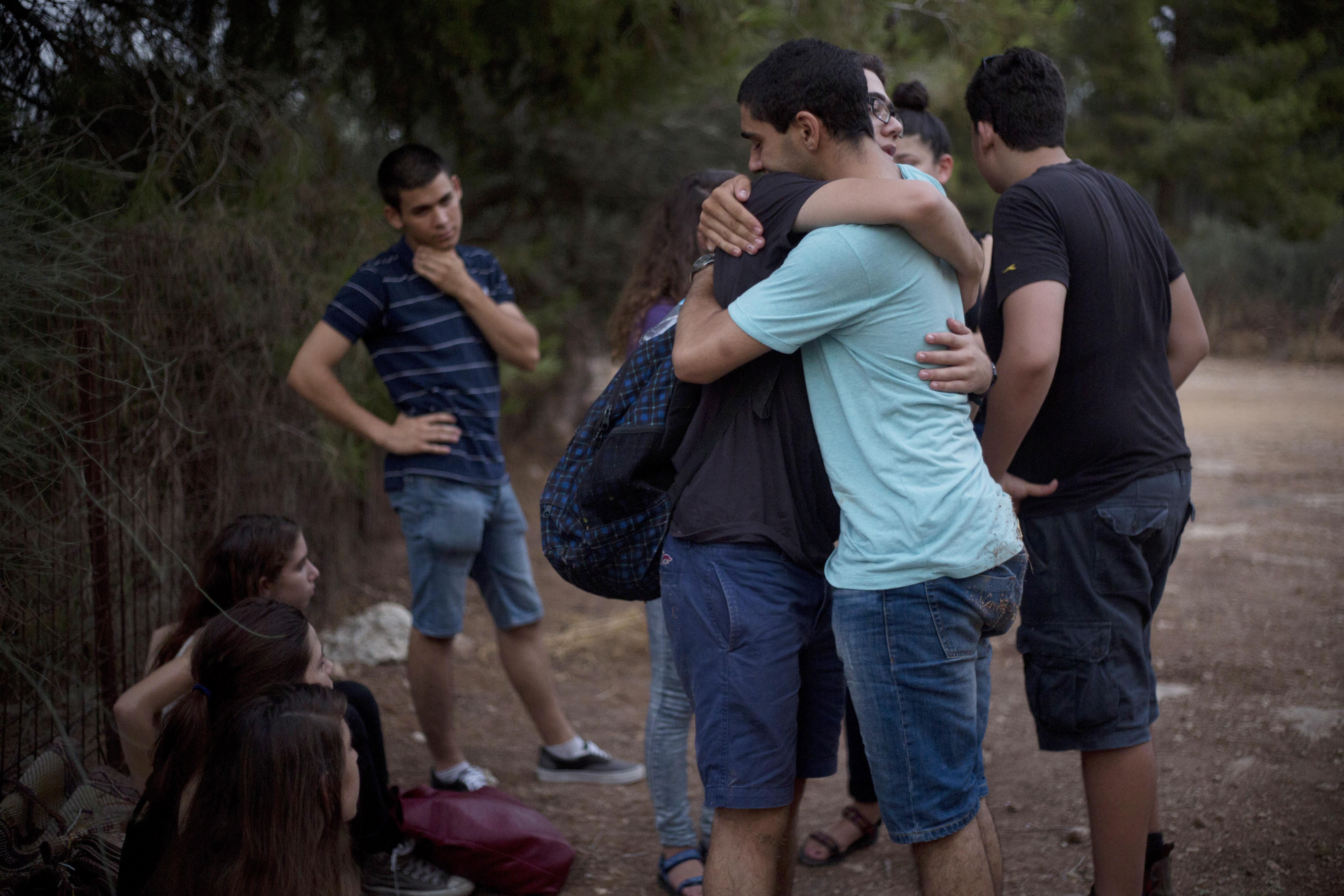 以色列遇害同志少女席拉.班奇(Shira Banki)的葬禮,同伴相擁而泣(美聯社)