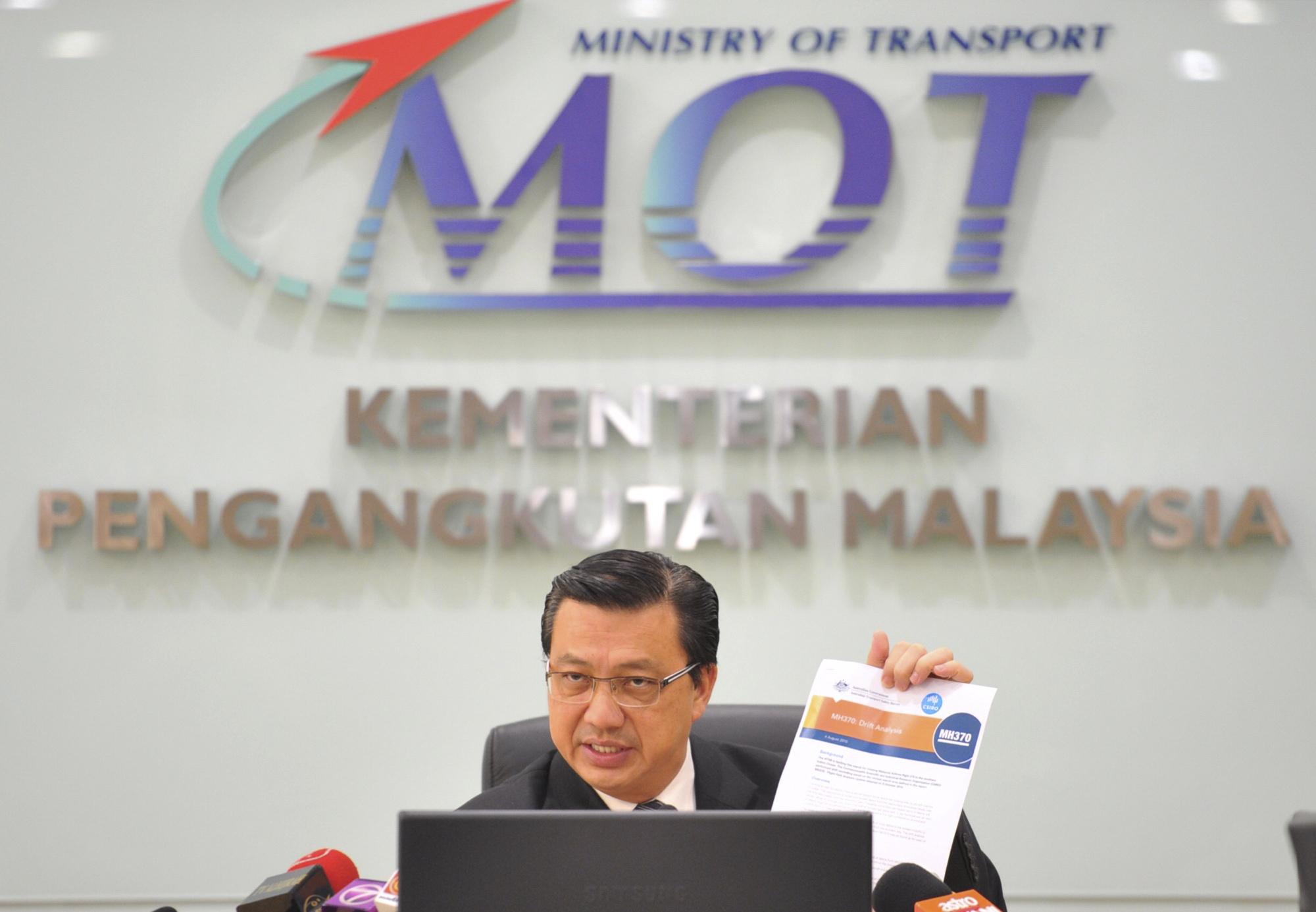 馬國交通部長Liow Tong Lai表示,目前雖然在留尼旺島出現更多疑似飛機殘骸,但目前尚難以確認這些殘骸是否屬於MH370。(美聯社)