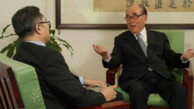 96歲前抗戰老兵郝柏村在台北接受BBC中文網專訪,講述對抗戰歷史看法(資料照片)。(BBC中文網)