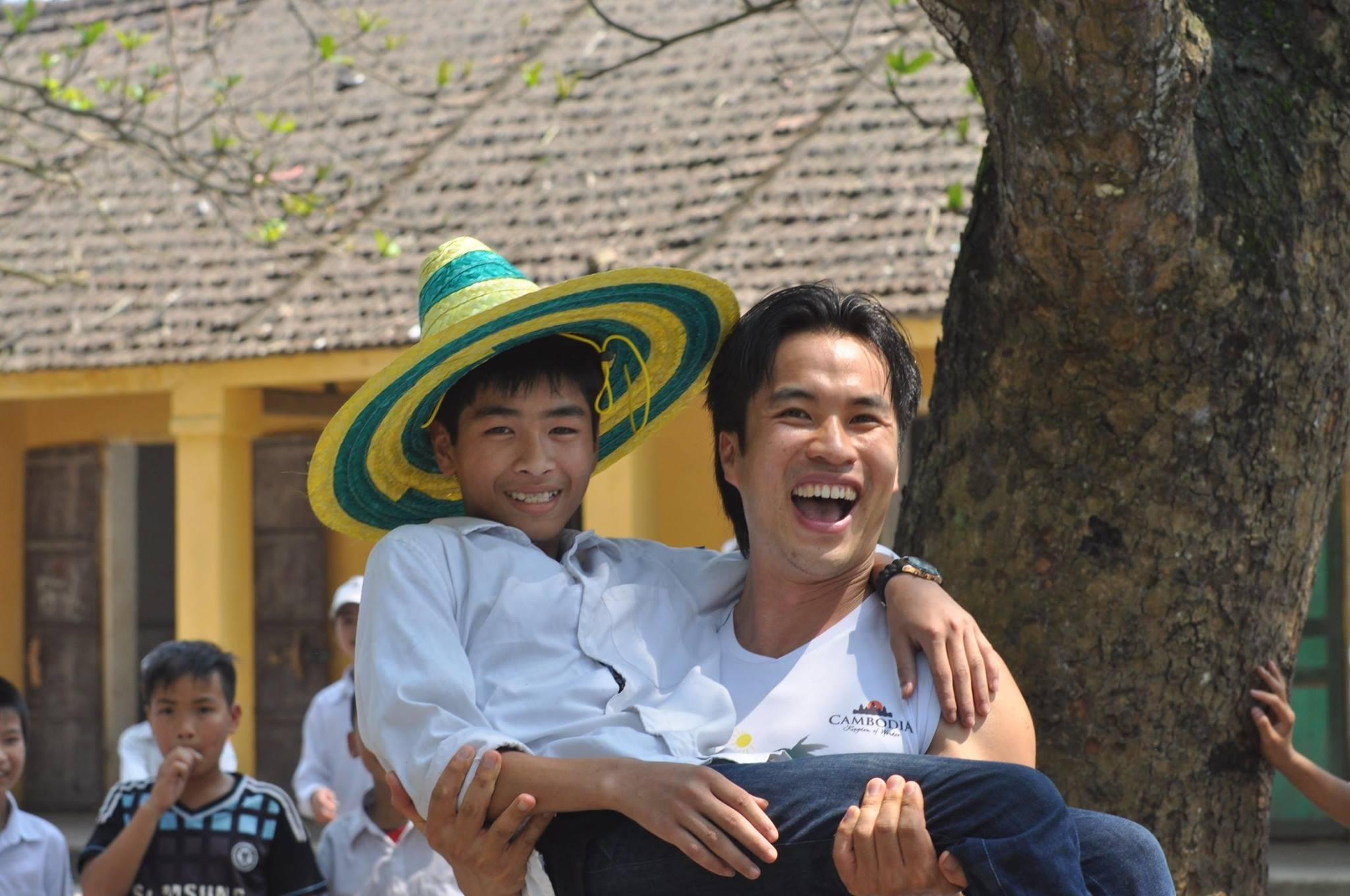 Tat Wa Lay今年在河內與越南的小朋友嬉戲。(Tat Wa Lay臉書)