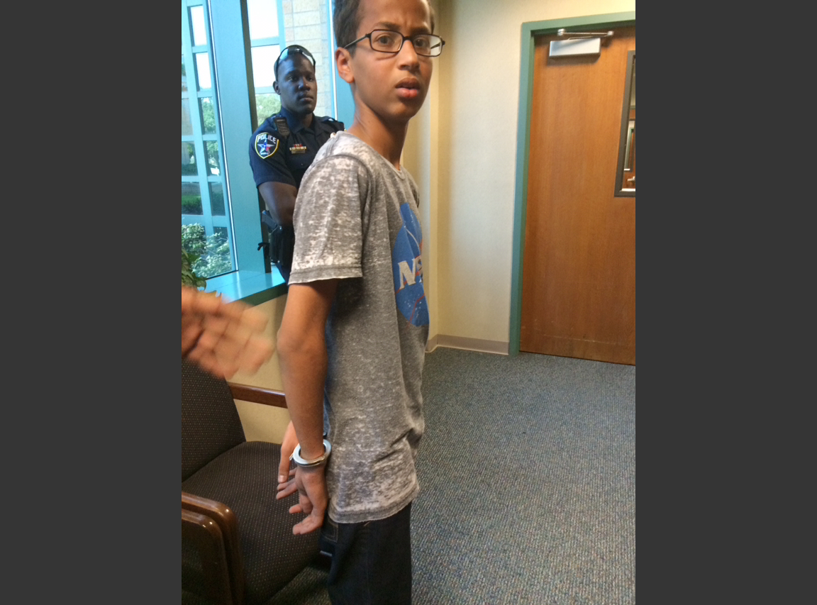 穆罕默德遭上銬逮捕(美聯社)。