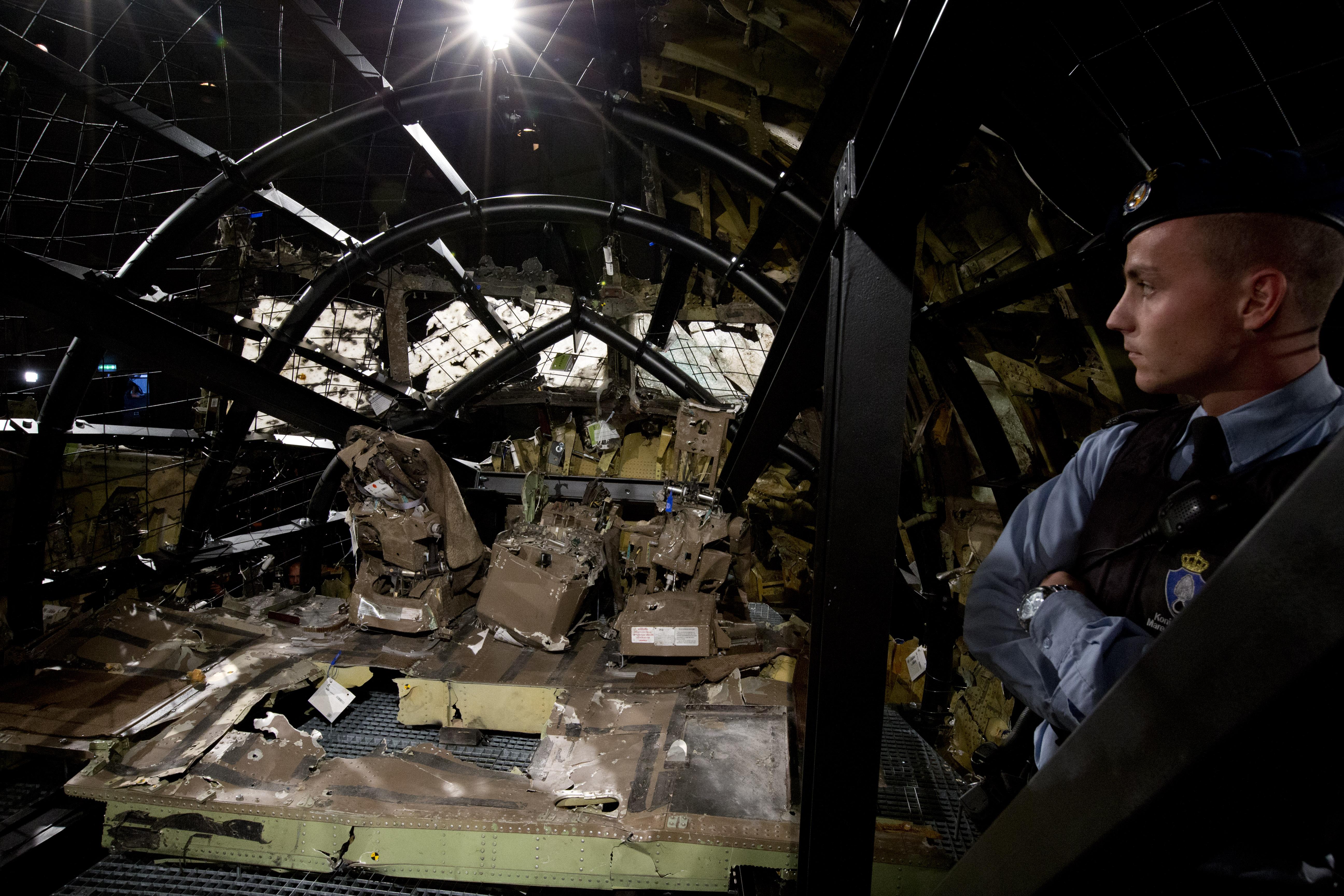 遭俄羅斯飛彈擊落的馬來西亞航空MH17班機,機首駕駛艙碎片重建(美聯社)