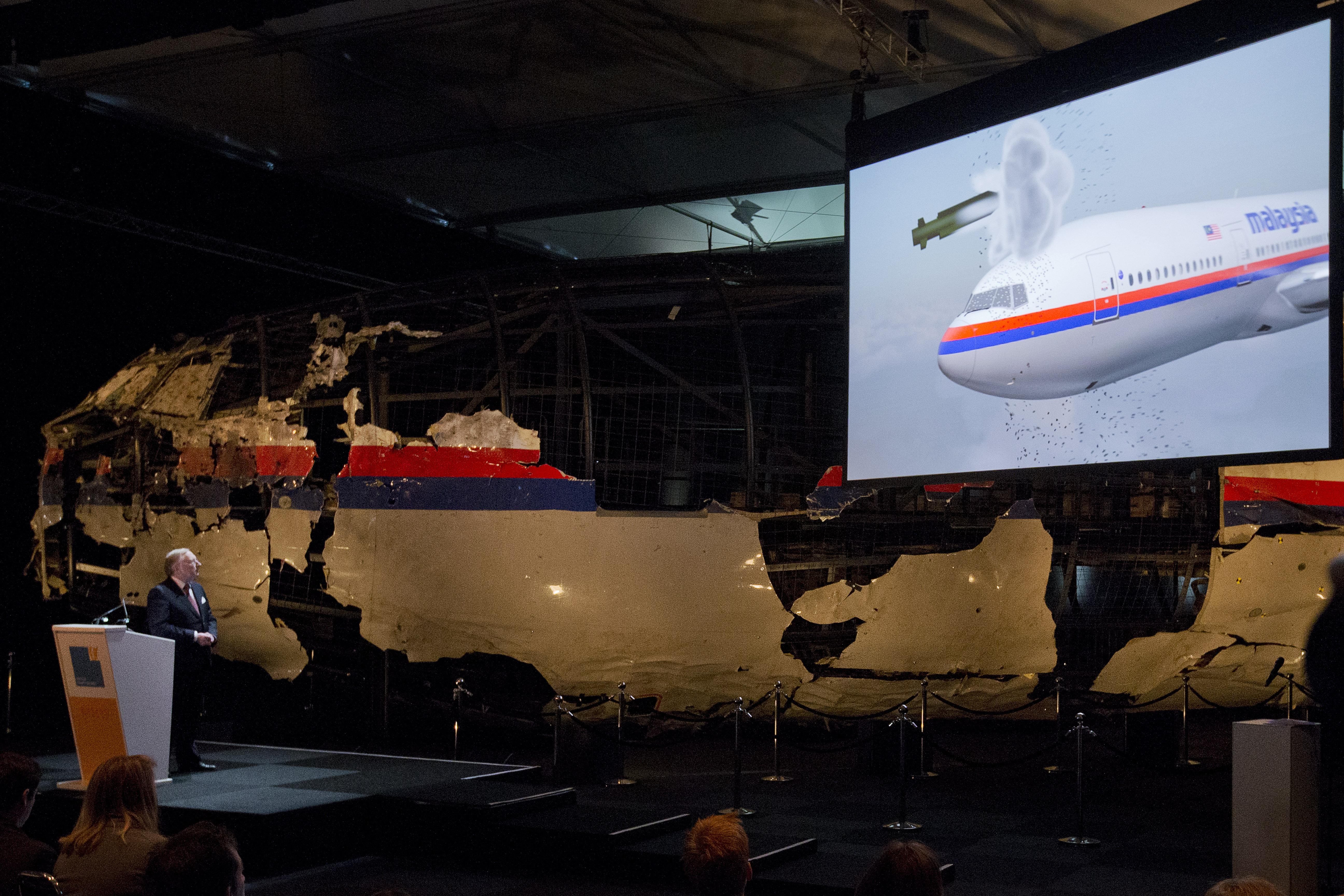 遭俄羅斯飛彈擊落的馬來西亞航空MH17班機,機首碎片重建與模擬畫面(美聯社)