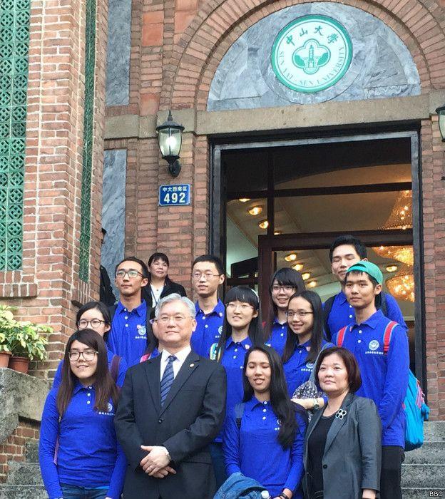夏立言還和就讀中山大學的八名台灣學生、三名中國學生話家常,關心學生的飲食起居與學習狀況。(BBC中文網)