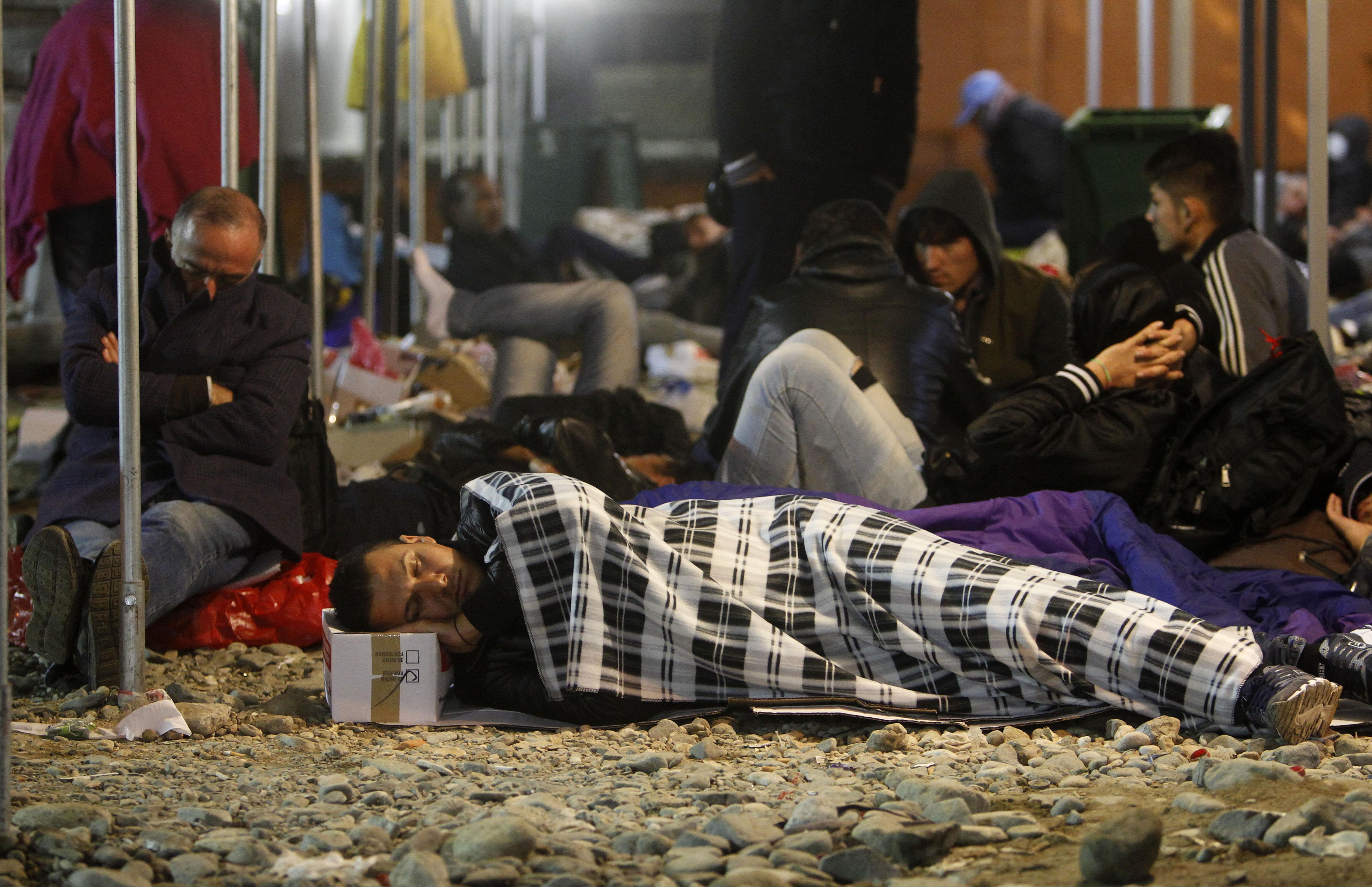 在馬其頓難民營席地而睡,等待火車前往塞爾維亞的難民。(美聯社)