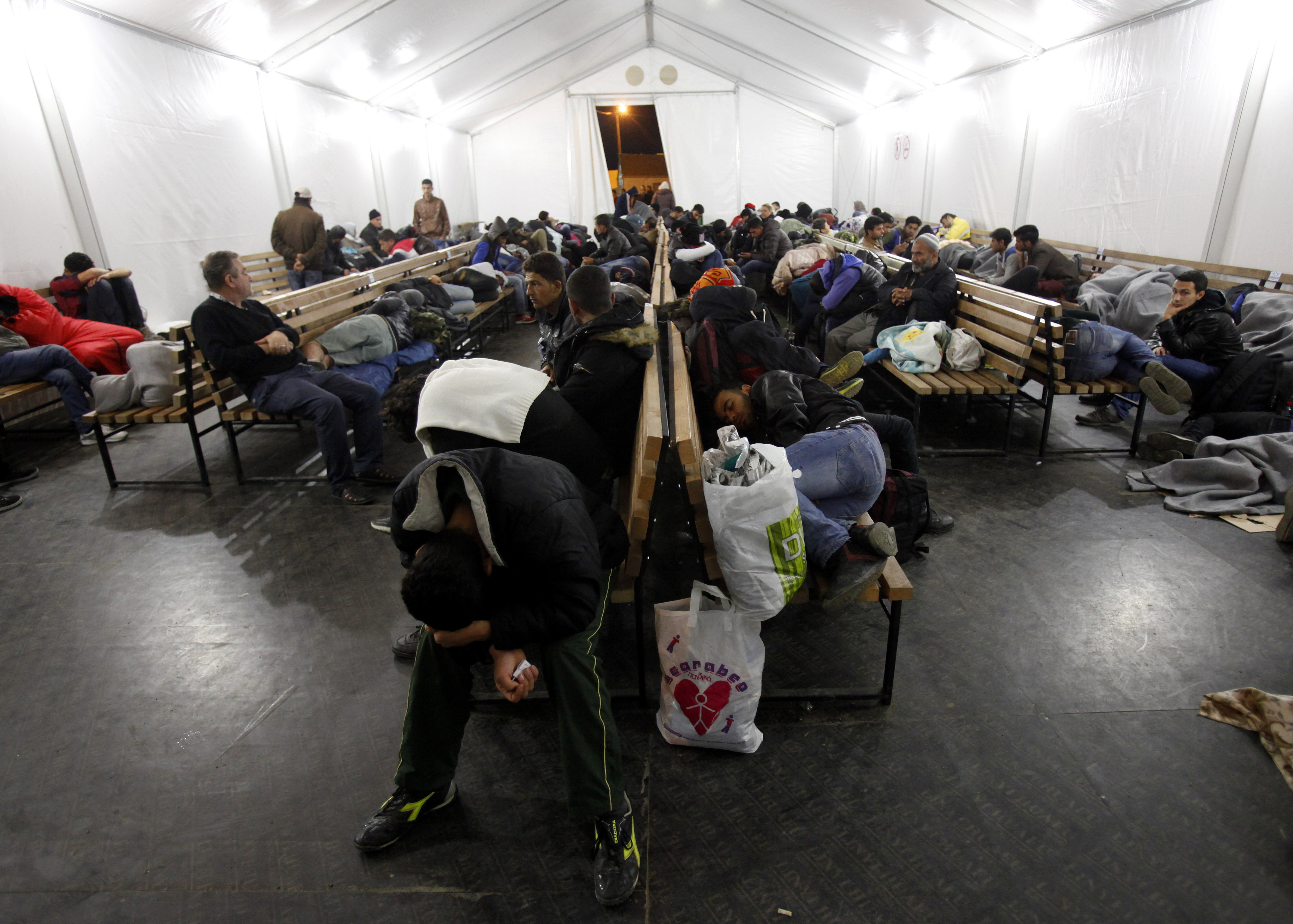 正在馬其頓苦等火車的大批難民與移民。(美聯社)