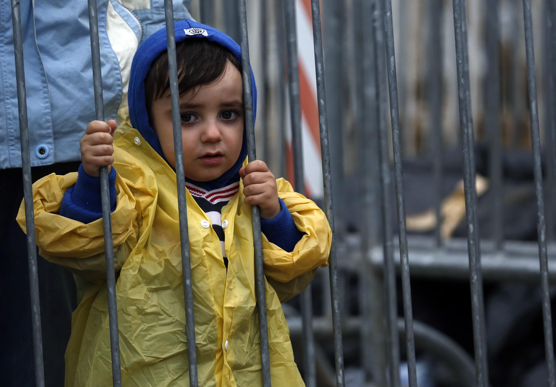 在塞爾維亞難民營裡的一位小妹妹。(美聯社)