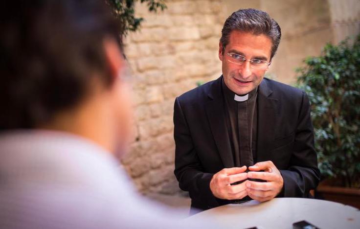 神父卡倫薩接受《衛報》專訪,描述公開出櫃心路歷程。(取自網路)