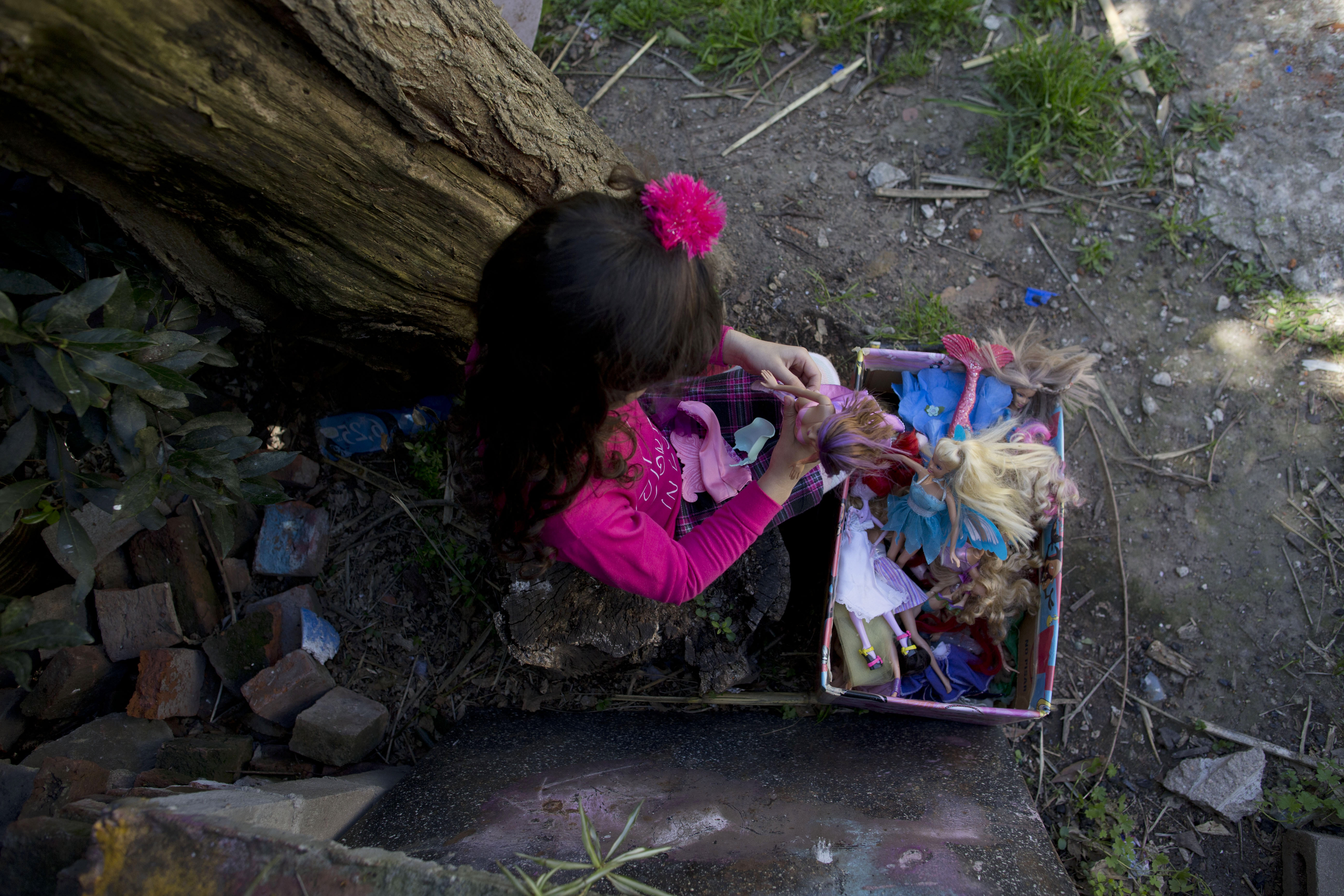 盧亞娜喜歡玩洋娃娃(美聯社)