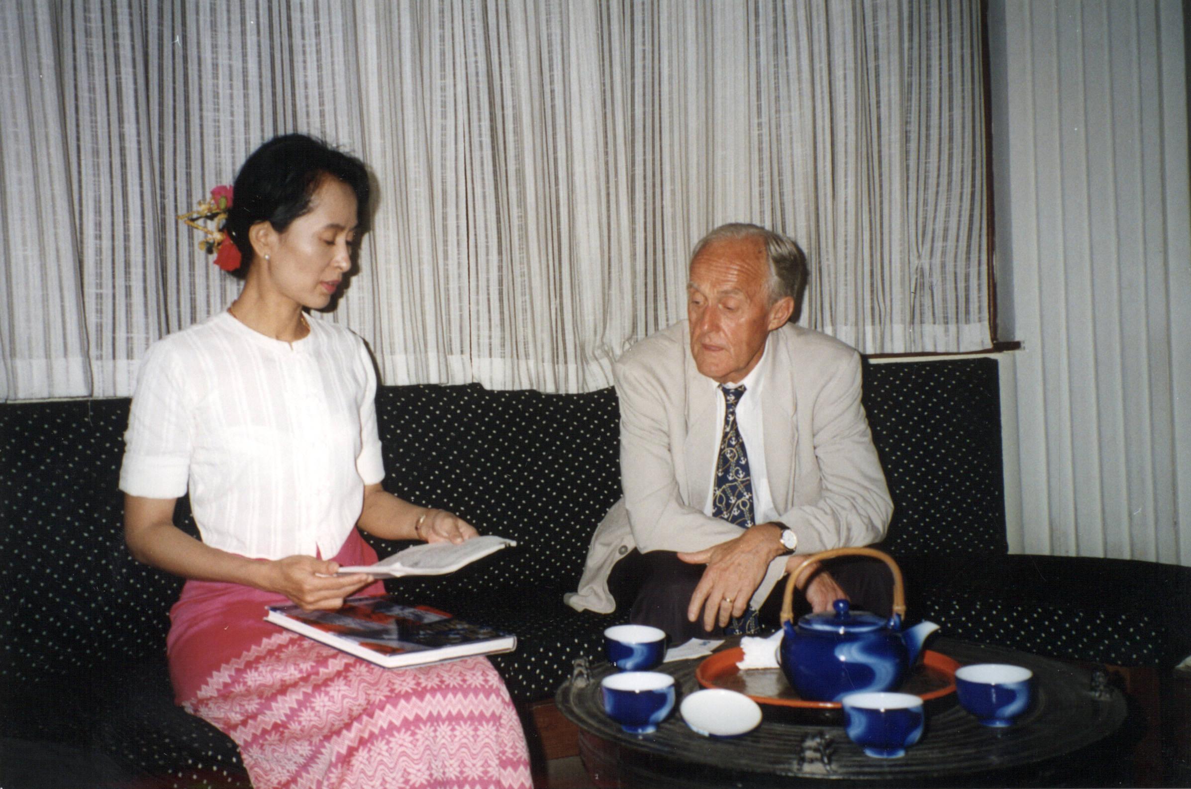 1995年,翁山蘇姬接見外賓。(維基百科)
