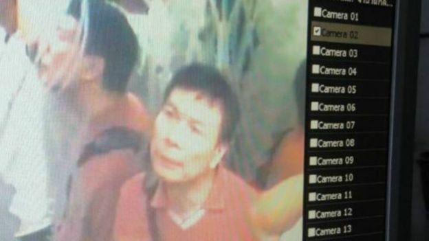 公寓電梯裡的監控影片截圖:進入阿海房間男子。(BBC中文網)