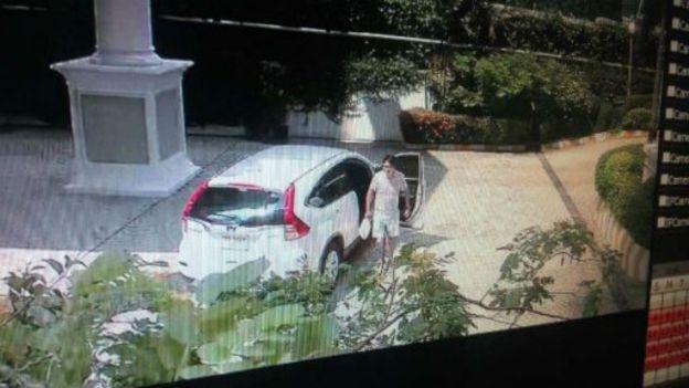 阿海失蹤後,進入他公寓想帶走他電腦的四名男子。(BBC中文網)