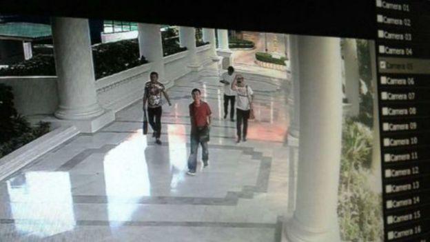 公寓花園監控影片截圖:10月17日下午,阿海開自己的車離開公寓。(BBC中文網)