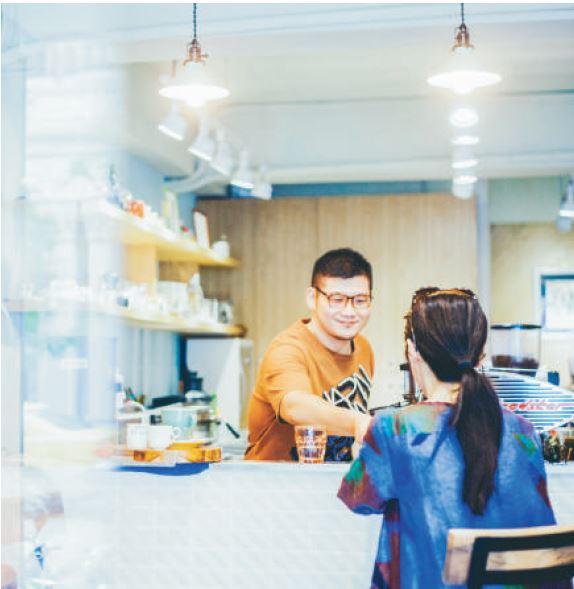 站在吧檯透過一杯杯咖啡,與客人對話,是一種學習,也是一種人與人溫度的交流。