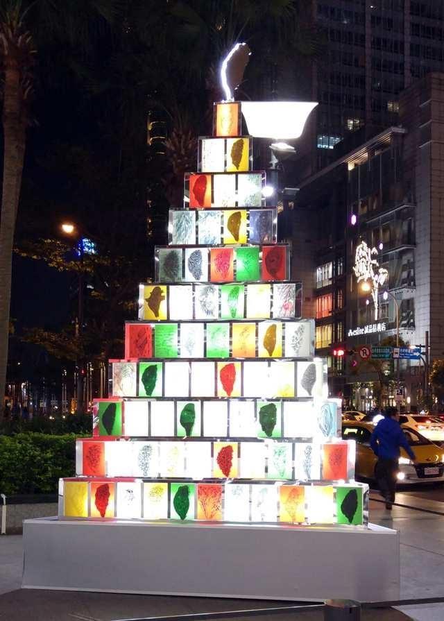 信義新天地A8館外聖誕樹則為策展人林磐聳設計師的手繪台灣。(Riona攝)