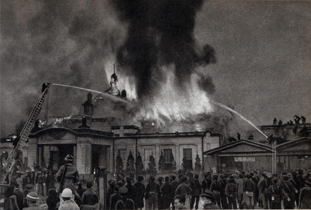 被熊熊火焰吞噬的二代京都車站。(圖/維基百科)