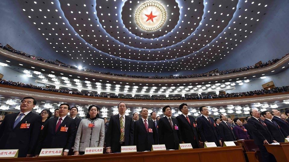 全國人大代表起立唱國歌。前排左三為「台灣省代表」陳軍。