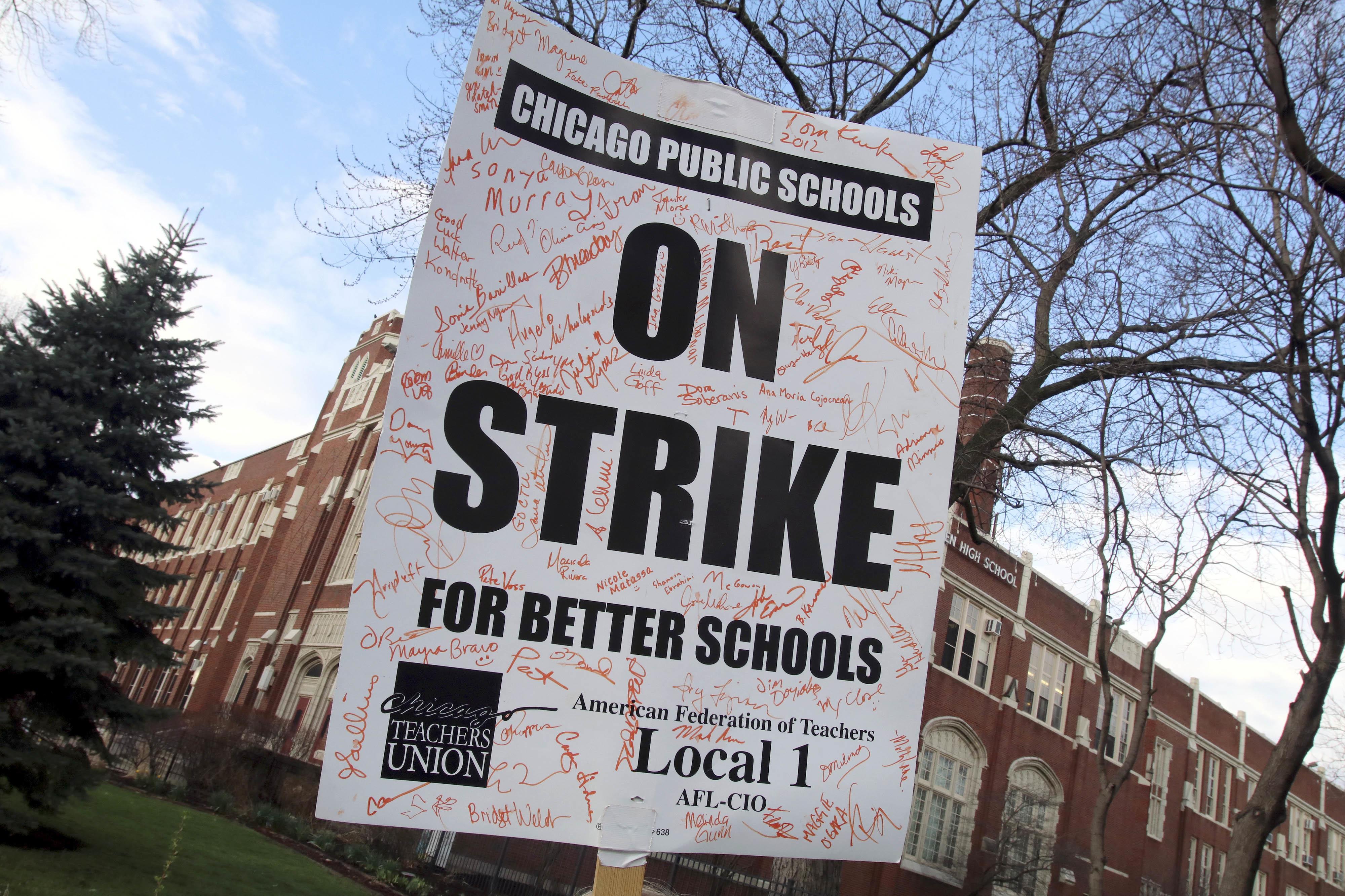 芝加哥的老師們1日走上街頭示威,為「更好的學校教育」發聲。(美聯社)