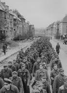 一長列投降的德軍部隊,戰敗者的觀點往往都是被忽略的。(八旗提供)