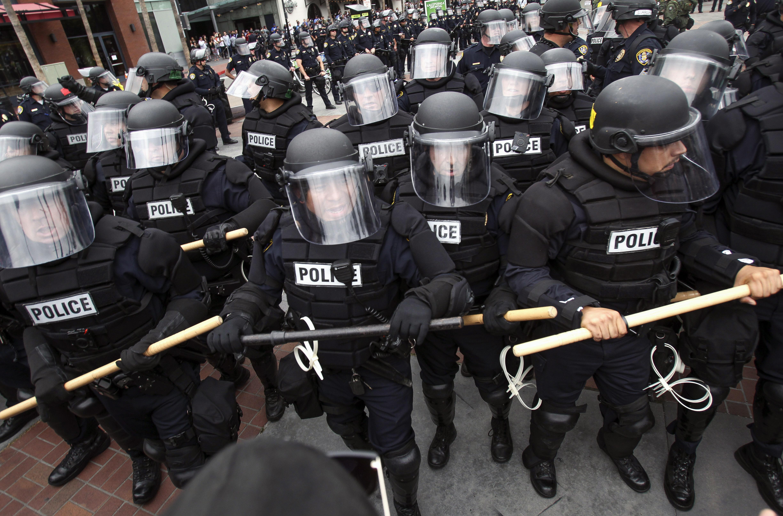 警方試圖隔開支持與反對川普陣營的人群。(美聯社)