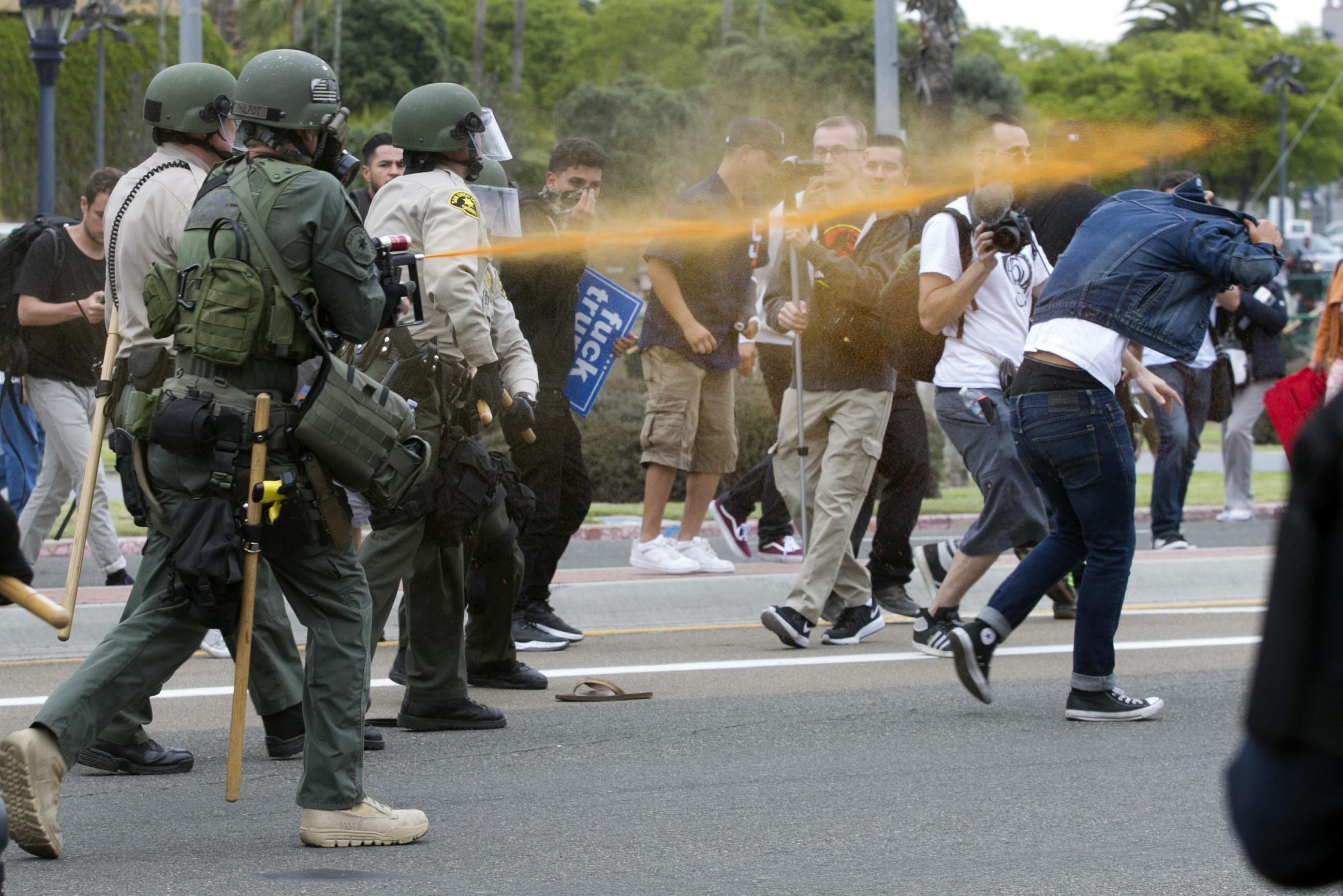 聖地牙哥警方用胡椒噴霧攻擊現場的抗議民眾。(美聯社)