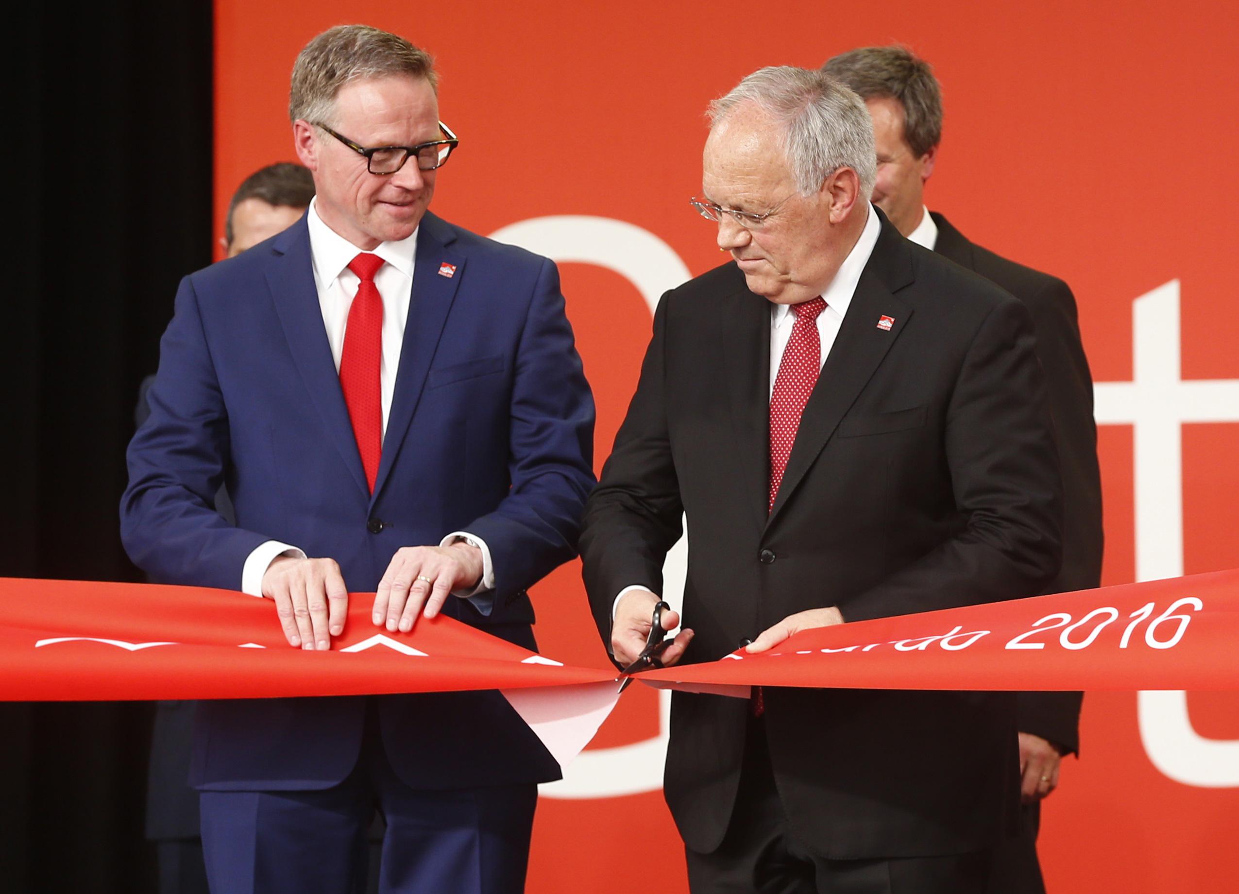 瑞士聯邦總統施奈德-阿曼(右)與瑞士聯邦鐵路CEO安德列斯・梅耶共同為聖哥達隧道通車剪綵。(美聯社)