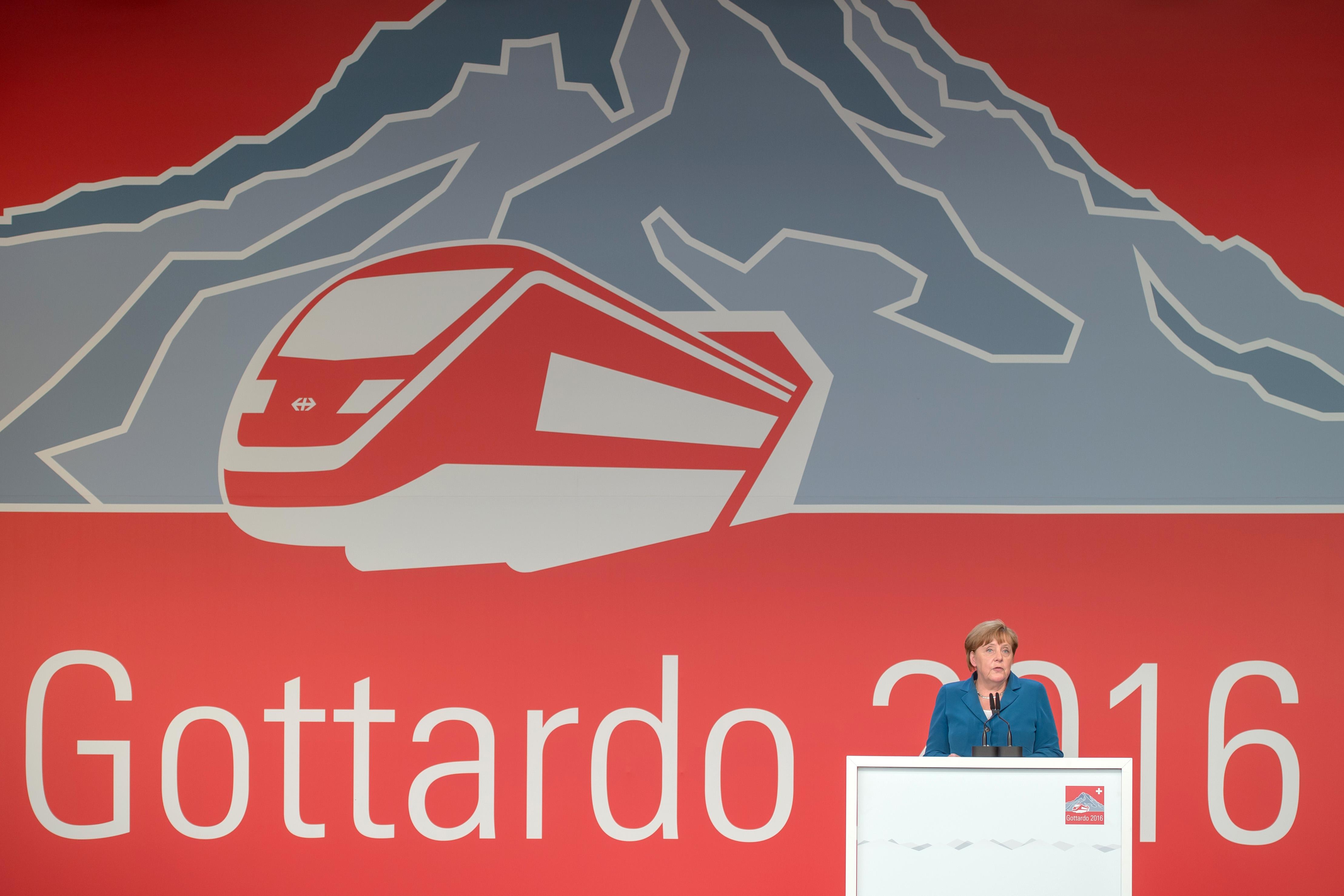 德國總理梅克爾在聖哥達隧道通車典禮上致詞。(美聯社)