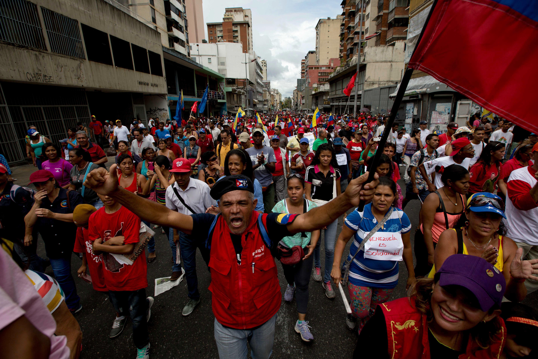 委內瑞拉總統馬杜洛的支持者1日在首都卡拉卡斯上街遊行,抗議「境外勢力干預」。(美聯社)