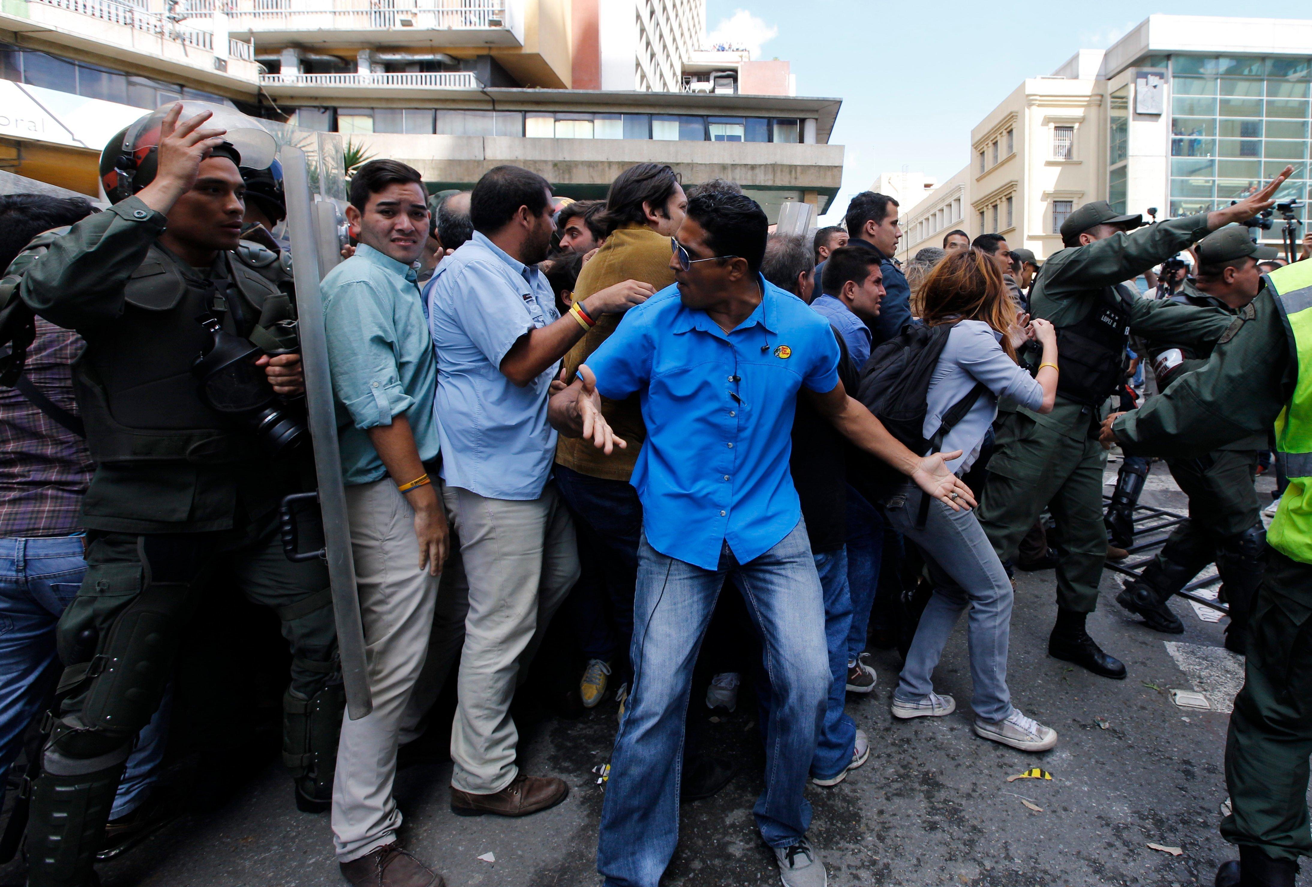 委內瑞拉的民眾在國家選舉委員會外示威抗議。(美聯社)