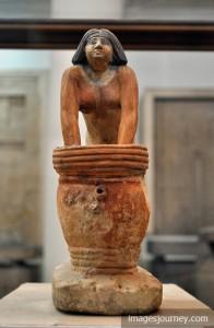 藏於埃及博物館中的女性釀酒師塑像