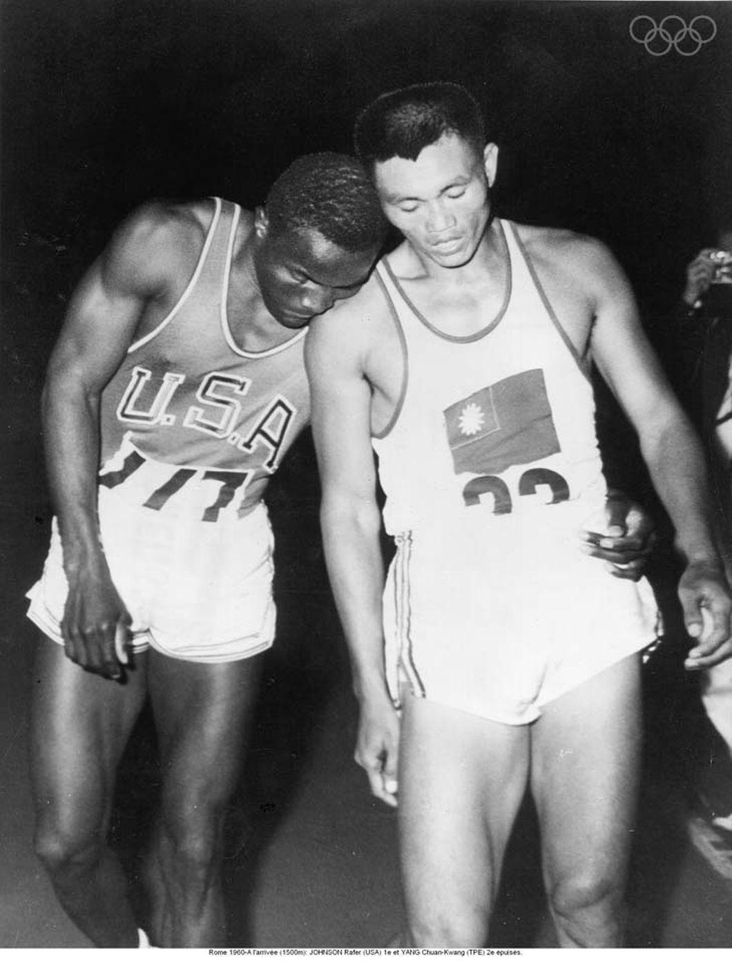 美國田徑選手約翰遜(Rafer Johnson)及台灣十項全能好手楊傳廣。(翻攝IOC官網)