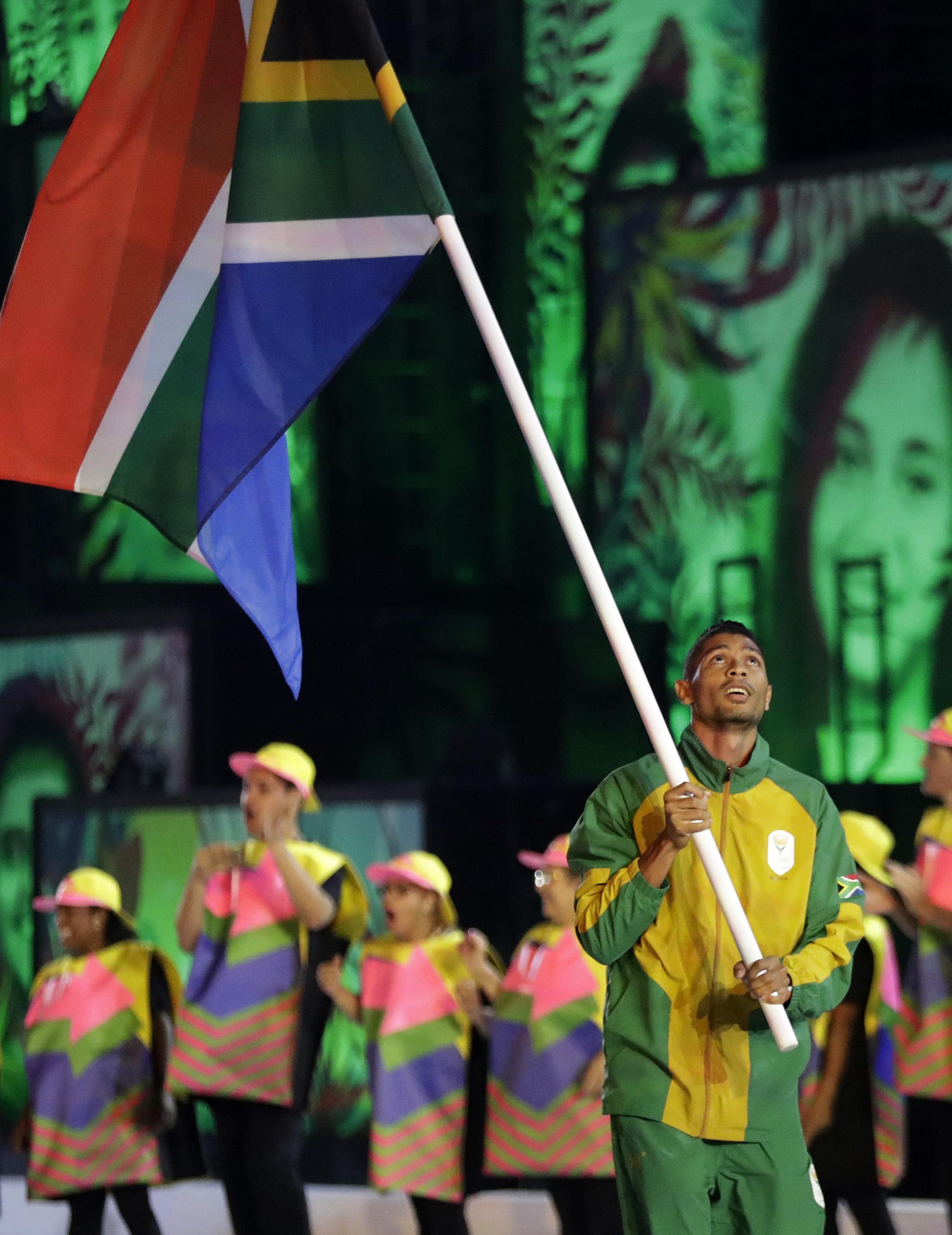 南非短跑小將范尼凱克擔任國家隊掌旗官。(美聯社)