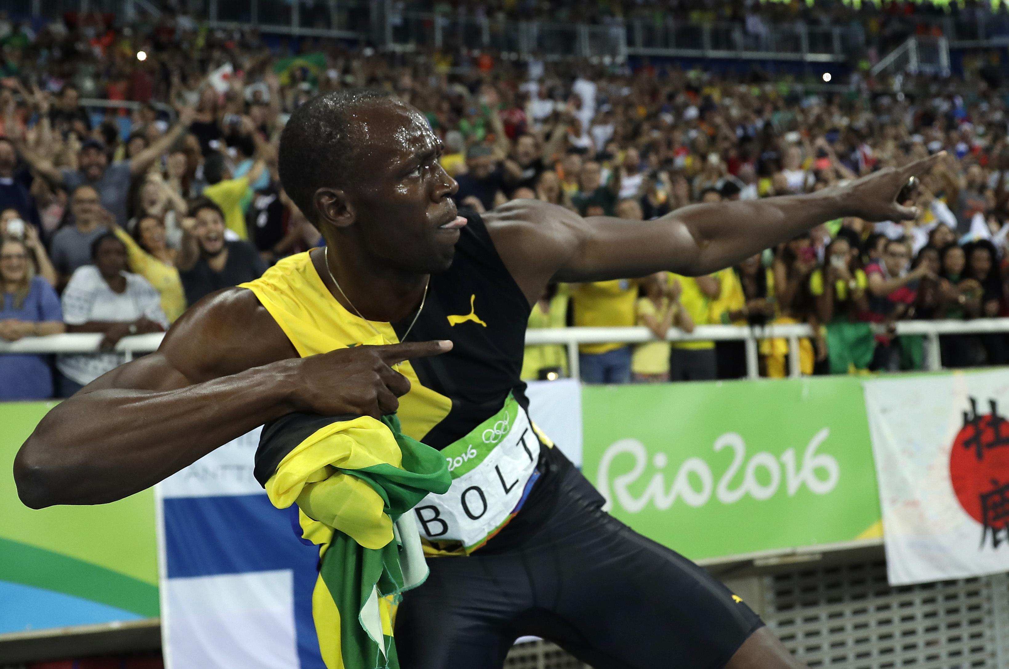 牙買加在里約奧運男子400公尺賽跑奪金後,博爾特再度擺出招牌拉弓姿勢。(美聯社)