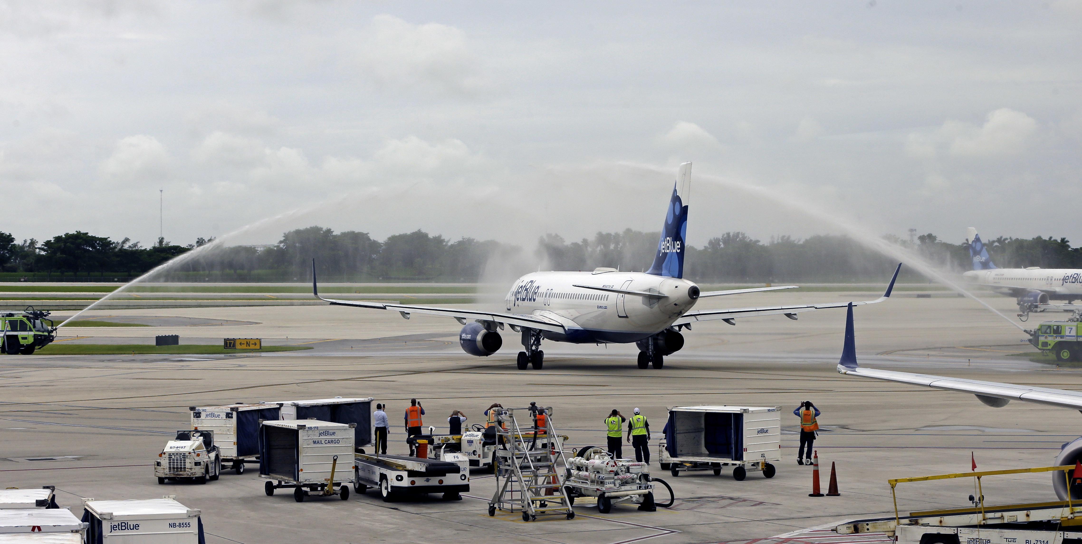 重新連接美古定期航班的捷藍航空(JetBlue)客機。(美聯社)