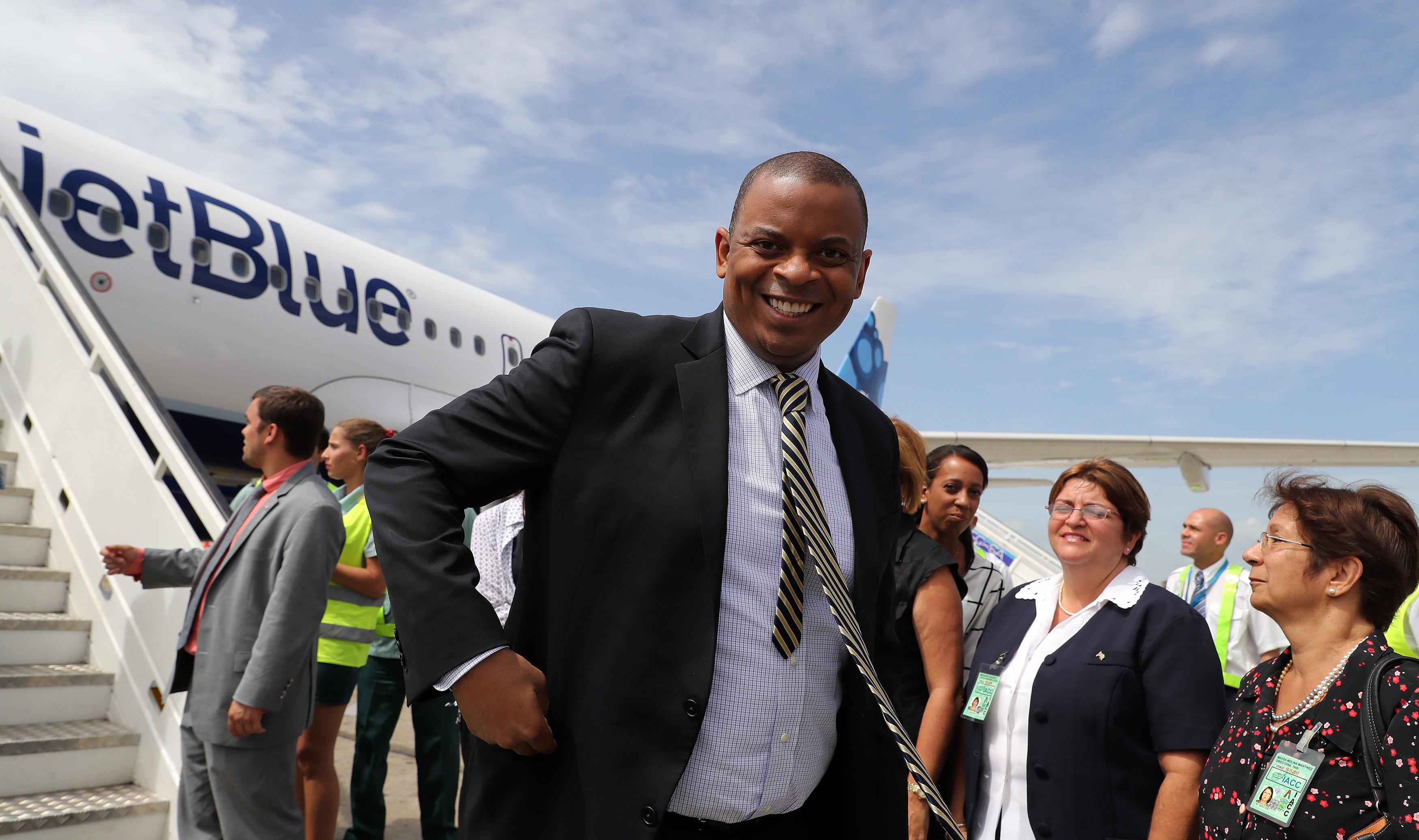 美國交通部部長安東尼・福克斯隨同復航的美古定期航班到達古巴。(美聯社)