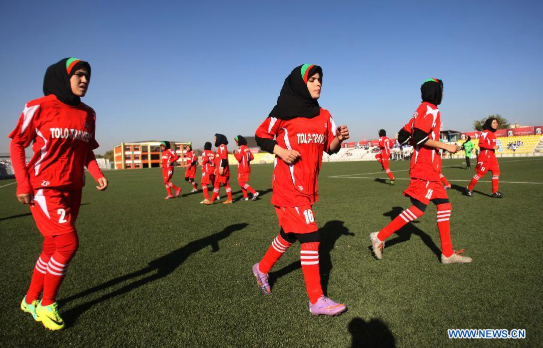阿富汗國內屈指可數的女子足球隊。(新華社)