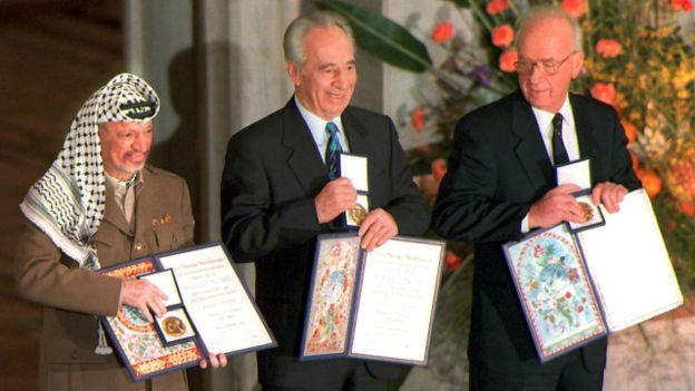因為奧斯陸協議、功在推動以巴和平,裴瑞斯1994年與時任總理拉賓、巴勒斯坦領袖阿拉法特一同獲頒諾貝爾和平獎。(美聯社)