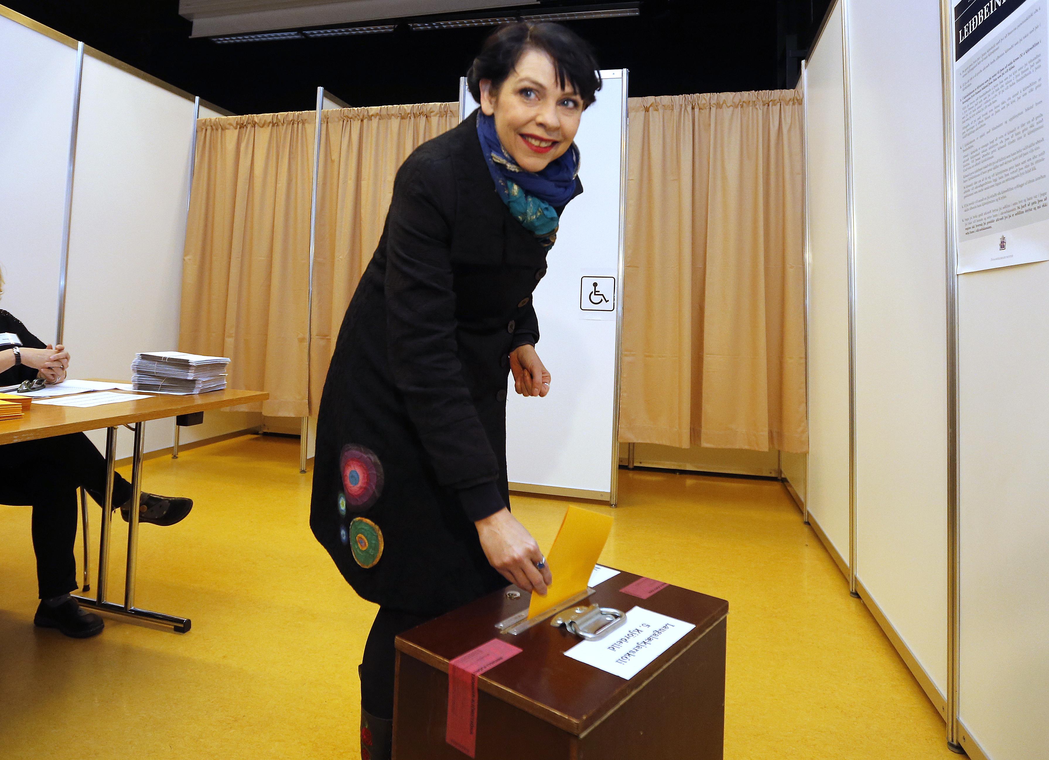 海盜黨創黨人楊斯多蒂爾29日投下重要一票。(美聯社)