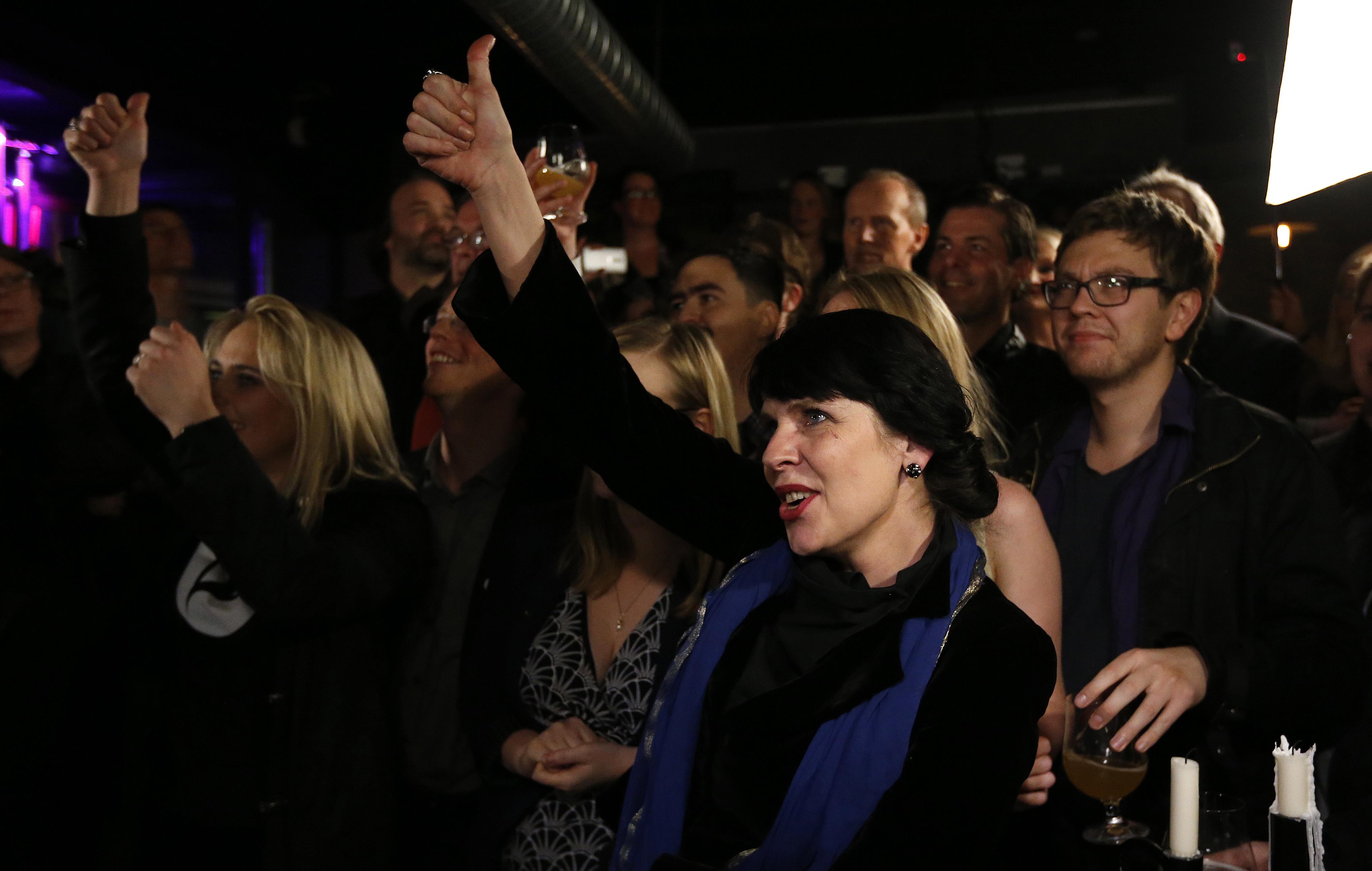 海盜黨創黨人楊斯多蒂爾在觀看開票時與支持者同歡。(美聯社)