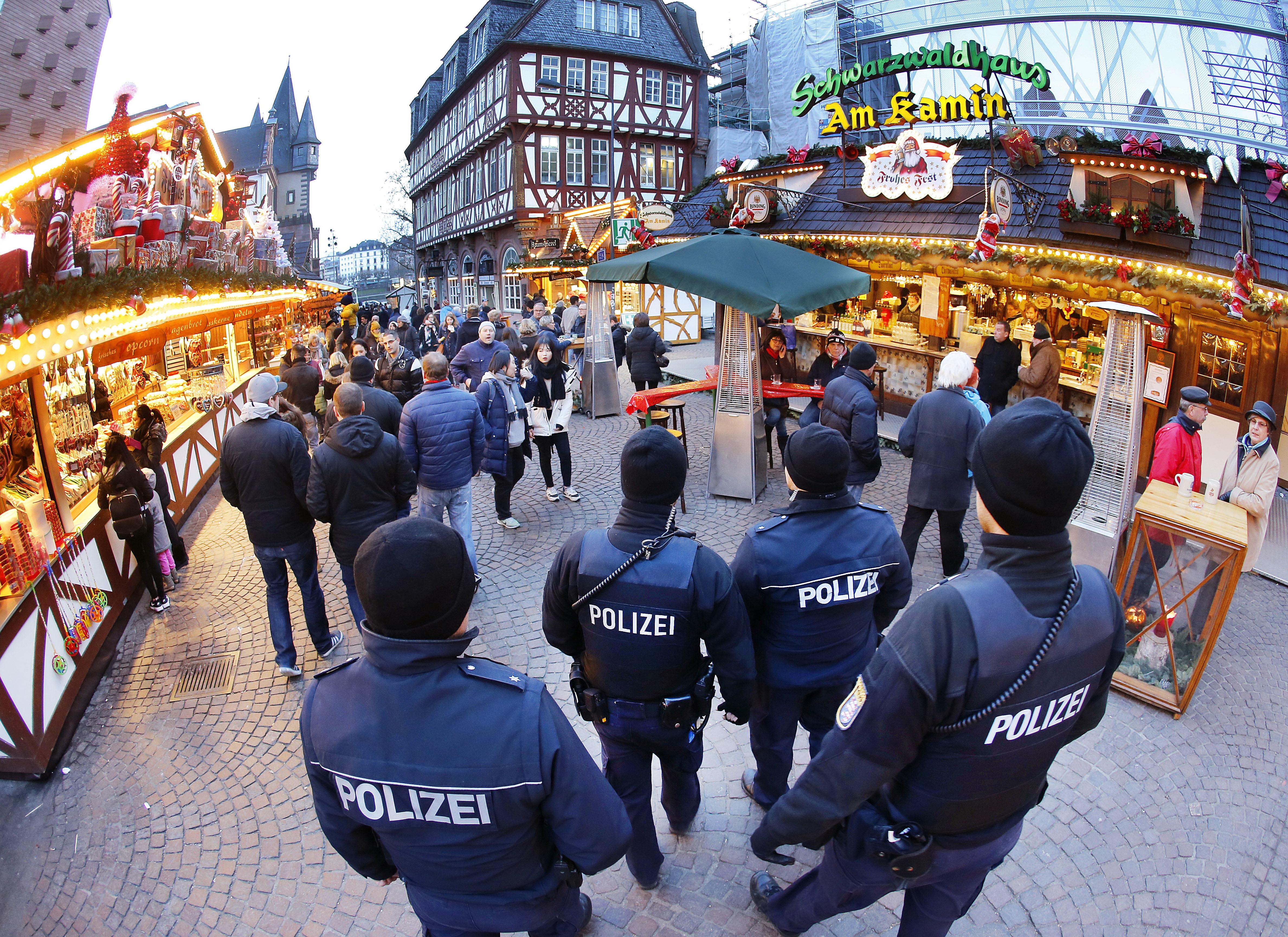 在柏林發生卡車恐攻之後,法蘭克福的耶誕市集可以看到荷槍實彈的警察巡邏。(美聯社)