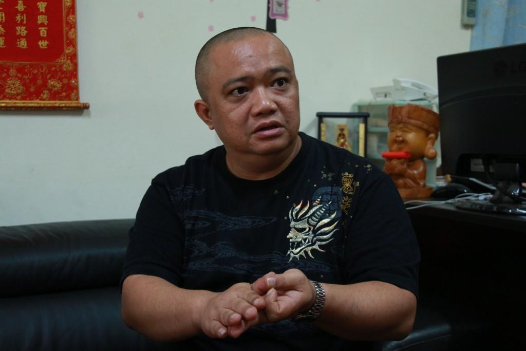 賴睿昇與客戶講解家中祖先祭拜的問題。(照片/林宥成攝)
