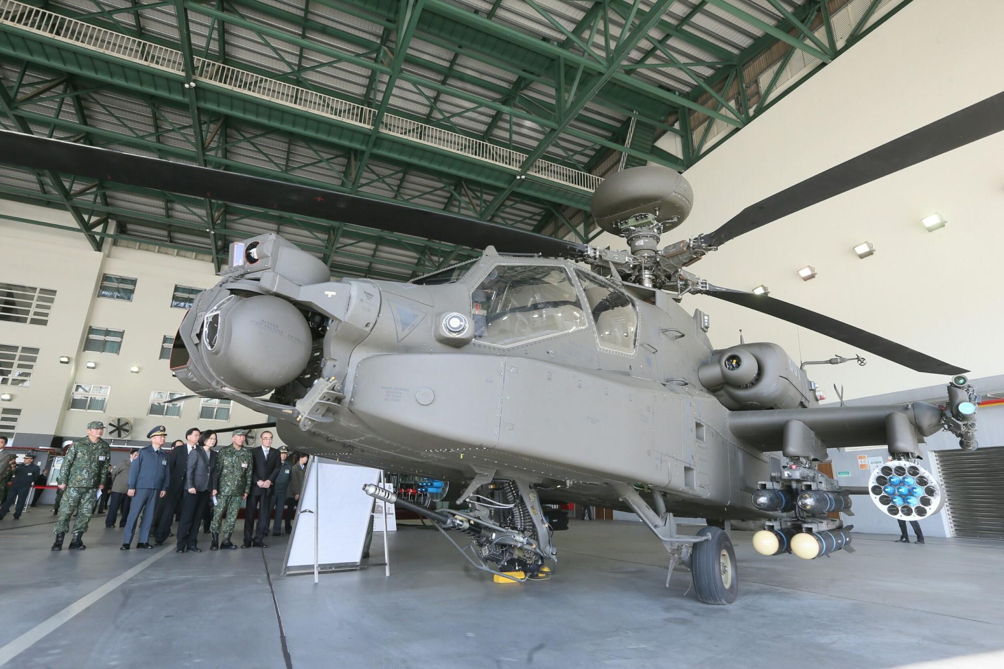 蔡英文總統12月30日視導「陸軍航空601旅」,步行至飛機左側靜態展示區瞭解AH-64E直升機及UH-64M直升機的性能(總統府)