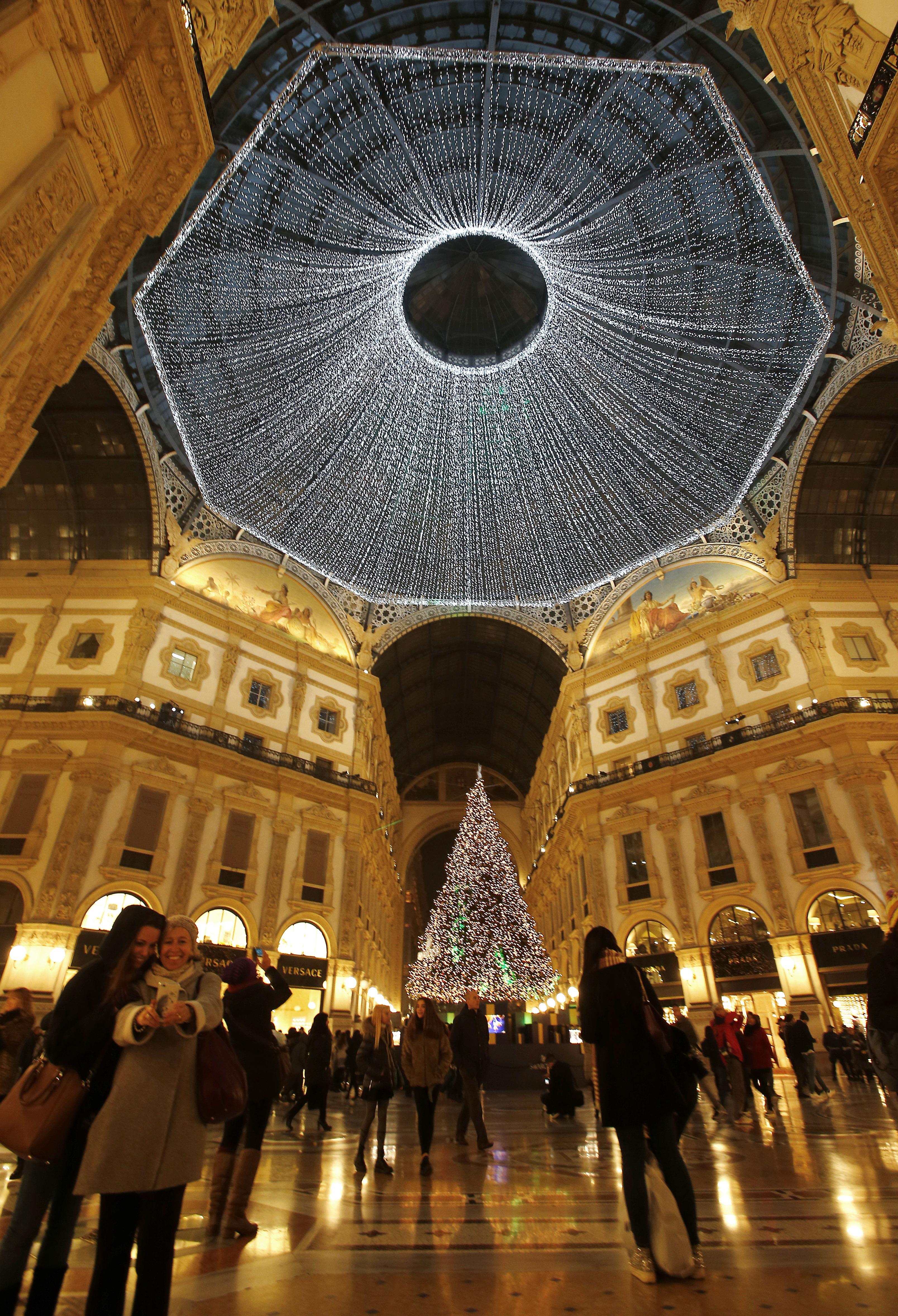 義大利米蘭的埃馬努埃萊二世拱廊街,在2016年的年末妝點的絢麗奪目。(美聯社)